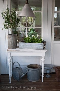 HWIT BLOGG Farmhouse Design, Farmhouse Style, Country Decor, Country Living, Potting Tables, Rustic Planters, Rustic Luxe, Home Porch, Interior Styling