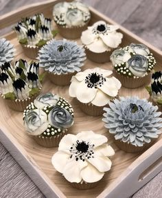 How to pipe buttercream frosting flowers - Cake Decorating Cupcake Ideen Cupcakes Flores, Floral Cupcakes, Cupcake Bouquets, Floral Cake, Cupcake Art, Cupcake Cakes, Cupcake Towers, Tolle Cupcakes, Frosting Flowers