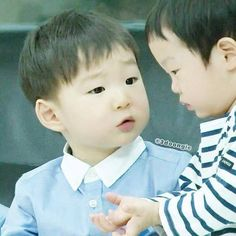 """Manse and seojun-- aw I wonder what their talking about -- This js one when Seojun wants to drink Daehan's water. Daehan said """"That's mine. Cute Asian Babies, Korean Babies, Asian Kids, Cute Babies, Baby Kids, Song Il Gook, Japanese Babies, Triplet Babies, Superman Kids"""