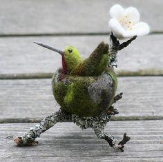 Needle-Felted hummingbird in nest Needle Felted Animals, Felt Animals, Wool Felt, Felted Wool, Felted Scarf, Egg Shell Art, Felt Cat, Bear Felt, Needle Felting Tutorials