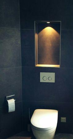 Der WC-Bereich wird durch eine beleuchtete Nische extra illuminiert The toilet area is illuminated by a lit niche extra Guest Toilet, Small Toilet, Downstairs Toilet, Bathroom Spa, Modern Bathroom, Small Bathroom, Toilet Room, Bathroom Inspiration, Luxury Homes
