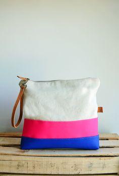 Sobre informail tricolor de lona y  simil cuero. Diy Bags, Diy Accessories, Tote Handbags, Purses And Bags, Backpacks, Wallet, Sewing, Crochet, Ideas