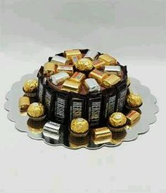 Chocolate Candy Bar Cake---even humble mini-bars can be satisfying. Candy Birthday Cakes, Candy Cakes, Cupcake Cakes, Candy Arrangements, Candy Centerpieces, Bouquet Pastel, Chocolates, Chocolate Bouquet, Gift Cake
