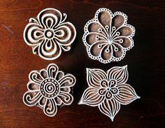 Sellos de madera a mano India están una combinación única de arte, habilidad y funcionalidad!  Este precioso sello de madera cuenta con una flor estilizada diseño personalizada, maravillosamente mano tallada en un bloque de madera. El sello es de 3 pulgadas (76mm) por 2.5 pulgadas (64 mm) y 1,5 pulgadas (38 mm) de espesor.  P.S: Este anuncio es solo para las (se muestra en fotos de 1, 2, 3 y 4). El conjunto de 4 fowers de pic. #5 puede ser comprarse por separado. ****  Debido a la naturaleza…