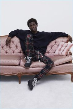 Lounging, Adonis Bosso sports plaid pants and a sweatshirt with boots from Fear of God's fall-winter 2017 collection. Black Male Models, Male Models Poses, Vogue Paris, Adonis Bosso, Mens Joggers Sweatpants, Fashion Show, Mens Fashion, Fashion Menswear, Fashion Boots