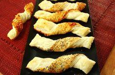 Bastoncini di Pasta Sfoglia alla Paprika e Formaggio