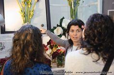 Sonia Mompó enseñando sus preciosos centros florales a nuestros visitantes en www.noviachic.es