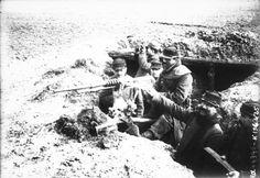 1915 - Mitrailleuse en action (soldats dans une tranchée actionnant la mitrailleuse : photographie de presse / Agence Rol