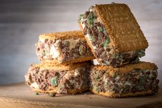 Peppermint Crisp Tart Ice Cream Sandwiches Peppermint Crisp Tart is a real South African favourite. It's made by layering coconut biscuits, caramel, whipped cream and peppermint crisp chocolate. Pepermint Crisp Tart, Peppermint Crisp, Peppermint Ice Cream, Peppermint Cake, Lemon Dessert Recipes, Banana Recipes, Tart Recipes, Breakfast Recipes, Sandwich Recipes