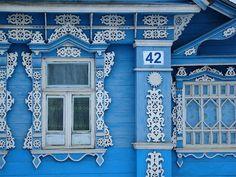 Богато украшенный резьбой фасад дома (Московская обл.,  Лотошинский район, Коноплево)/Decorated with carved facade in Moscow region, Russia
