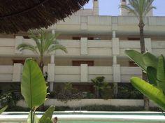 Mariví Casado Rombos , cilindros, rectángulos y cuadrados al borde de la piscina.