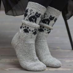 Pakke med oppskrift og garn til sokker med kattemønster. Pakke med oppskrift og garn til ett par sokker med kattemønster.