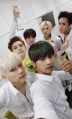 Así es como luce VIXX, después de haber ganado por tercera ocasión el primer lugar con *Chained Up, hoy en el Music Bank