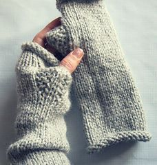 Aran Weight Zip Mits - the gusset is worked differently but it's very simple says the designer Courtney Spainhower Fingerless Gloves Knitted, Knit Mittens, Knitted Hats, Mittens Pattern, Knitting Yarn, Free Knitting, Knitting Patterns, Simple Knitting, Knitting Tutorials