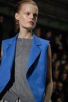 Yves Saint Laurent, Philippe O'Reilly - Beauty Trends auf den Laufstegen FS 2008: Makeup und Frisuren der Models  - Extreme Blässe bestimmt das Ideal bei Yves Saint Laurent. Eine schöne Arbeit mit viel Transparenz und Farbabstu- fungen, die dem Licht einen Ehrenplatz einräumt. Der Porzellan-Teint...