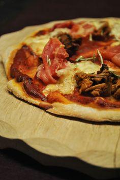 Mehrkornpizza mit französischem Schinken, Käse & Pfifferlingen