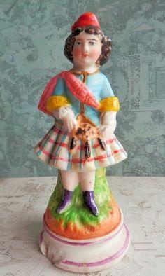 Statuette en porcelaine Biscuit, Ecossaise en Kilt, Scotland.