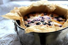 """Nog één van de leukste inzendingen voor onze [intlink id=""""4772″ type=""""post""""]winactie[/intlink], dit maal van Marloes van het blog meizoentje.Voor dit heerlijke recept heeft Marloes zich laten inspireren door het recept voor een appel-bosbessencake van Donna Hay, maar dan net even anders. Een lekkere zomerse cake en ook nog gemakkelijk te maken, een prachtige inzending dus....Lees Meer »"""