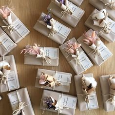 Wedding favor gift boxes with pampas grass and dried flowers gift wrapping Wedding Favors And Gifts, Homemade Wedding Favors, Wedding Gift Boxes, Wedding Gift Wrapping, Party Favors, Wedding Ideas, Favours, Creative Gift Wrapping, Creative Gifts
