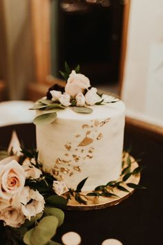 Romantic one-layer wedding cake with gold foil flecks and pink blooms Black Wedding Cakes, Floral Wedding Cakes, Cool Wedding Cakes, Elegant Wedding Cakes, Beautiful Wedding Cakes, Wedding Cake Designs, Wedding Cupcakes, Wedding Cake Toppers, Floral Cake