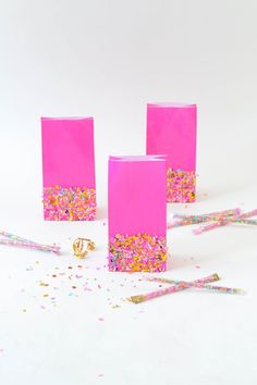 DIY Goodie Bags Dipped in Confetti - perfect for party favors . for wedding, for baby shower, for graduation, and more! Get the tutorial. Goody Bags, Party Favor Bags, Diy Party Bags, Favor Boxes, Gift Bags, Confetti Dip, Mod Podge Crafts, Sprinkle Party, Diy Birthday