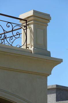 Estudio de arq PikoHome PKH - Casa Toscana - Portal de Arquitectos House Front Wall Design, Exterior Wall Design, House Outside Design, Village House Design, Bungalow House Design, House Paint Exterior, Facade Design, Balcony Grill Design, Balcony Railing Design