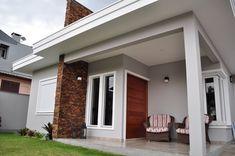 Fachadas de casas com cores claras Bungalow Haus Design, Modern Bungalow House, Bungalow House Plans, Home Room Design, Home Design Decor, Dream Home Design, House Design, Small Modern House Plans, Classic House Exterior