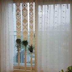 곧 친구네 집으로 갈 커튼이네요.^^ 친구가 식물을 걸 수 있었으면 좋겠다고해서 이렇게 디자인 해봤네요. 폭이좁고 긴 창이나 아니면 넓은 거실창에도 포인트 커튼으로 활용하면 좋을 것 같아요.^^ 마크라메#거실인테리어#거실#인테리어소품 #인테리어트렌드#마크라메커텐 #플랜트인테리어#홈데코#취미생활#취미#매듭공예 #매듭 #macrame #macramecurtain #interior#plantsinterior