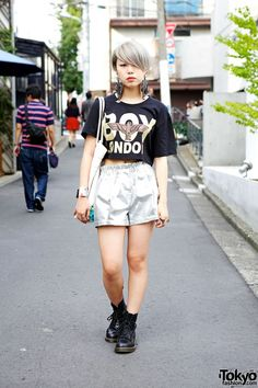 Yuuka is a friendly #Japanese high school student who caught our eye in #Harajuku. Her look includes a Boy #London crop top, Bubbles #Harajuku silver shorts, MYOB earrings & a Choco Moo x Joyrich tote bag. Check all of Yuuka's snaps here!! #tokyofashion #streetsnaps