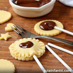 Cookie pops para niños. Galletas divertidas con chocolate Little Chef, Barbie Party, Cookie Pops, Mini Foods, Food Gifts, Chocolate Fondue, Pineapple, Good Food, Pie