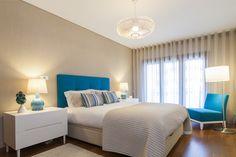 Suite Cama / mesas de cabeceira / tapete / candeeiros / poltrona / almofadas decorativas / colcha / cortinados / papel de parede