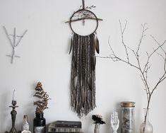 Sortilège du Crépuscule . attrape-rêve améthyste et Swarovski, laine, quartz fumé et plumes décoration pagan sorcellerie magie bohème .