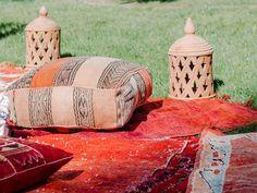 For Rent - Alquiler de mobiliario y alfombras para bodas y eventos Zona chill out con farolillos y puffs www.somethingspecialforrent.es Espacio: Caserio Olagorta Foto: Nerea Moreno