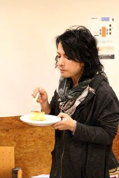 I don't know why but I really like pictures of Hyde eating It amazes me somehow.weird me! Beautiful Men, Beautiful People, Crazy Love, Genetics, Sexy Men, Handsome, Singer, Japanese, Pictures