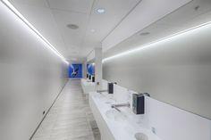 Leifur Eiriksson International Airport in Keflavik, Island. Architectural design: Arkitektur.is and Teiknark ehf - Lighting Designer: Mannvit, Jens Pétur A. Jensen - Photographed by Ágúst Sigurrjónsson #iGuzzini #white #lighting #perspective #inspiration