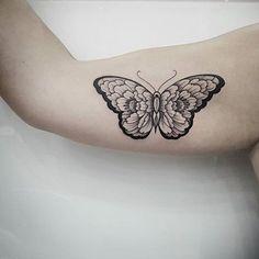 Mariposa simétrica - Tatuajes para Mujeres. Encuentra esta muchas ideas mas de Tattoos. Miles de imágenes y fotos día a día. Seguinos en Facebook.com/TatuajesParaMujeres!