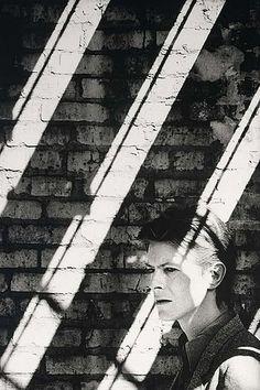 David Bowie by Anton Corbijn. Biographer looks at Bowie stripes. Angela Bowie, David Bowie, White Photography, Portrait Photography, Major Tom, Ziggy Stardust, Foto Art, Clint Eastwood, David Jones