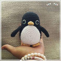 """""""Intento volar pero no lo consigo..."""" """"Es que no eres un pajarito, eres un pingüino!!"""" A partir del cuerpo de los pajaritos ha salido este pingüino que aún anda algo liado e intenta volar!! #amigurumi #pingüinoamigurimi #amigurumipenguin #pingüino #penguin #crochet #crochetlover #amigurumiaddict #ganchillo #hechoamano #handmade #rucagurumis"""