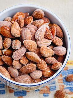 Salte mandler - oppskrift fra Et kjøkken i Istanbul Roasted Almonds, Lchf, Nutella, Tapas, Food To Make, Side Dishes, Good Food, Food And Drink, Sweets