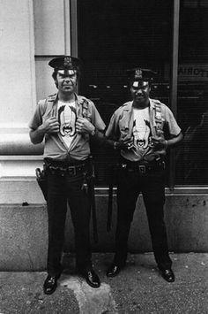New York Street Cops/Hell's Angels - 1980 Vintage Photographs, Vintage Photos, Black White Photos, Black And White, Police Nationale, Vintage Biker, Vintage Black, Hells Angels, High Pictures