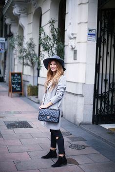 BLOG DE MODA Y LIFESTYLE: LOOK CON ABRIGO GRIS Y CON SOMBRERO. Black sweater+black ripped cropped denim+black ankle boots+grey wool coat+grey hat+black chain shoulder bag. Fall Outfit 2016
