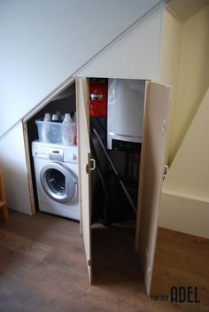 Ombouw kast zolder onder schuin dak. Je wasmachine en andere schoonmaakspullen lekker uit het zicht door deze op maat gemaakte ombouw kast.