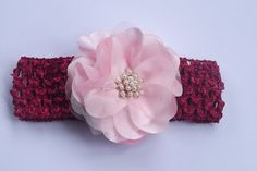 Deixe sua bebê linda, usando esta faixa de cabelo, feita em crochê com elastano com flor de cetim e organza. Miolo com botão de pérolas.  Flor medindo aproximadamente 7 cm. R$ 17,00