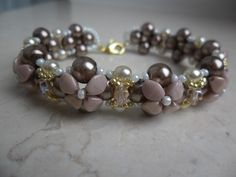 Bracciale Isabella realizzato con le nuove pinch beads, perle, rocailles e mezzicristalli. TUTORIAL: https://www.youtube.com/watch?v=K5htKDTSzt0 #passioneperline #pinchbeads #beads #pearls #bracelet #bracciale #rocailles