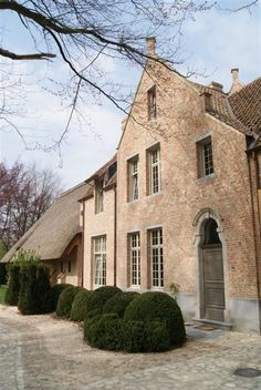 CURB APPEAL – belgium light-colored brick home with interesting archways. Architecture Durable, Architecture Details, Interior Architecture, French Style Homes, Belgian Style, Country Estate, Country Homes, Sweet Home, Mansions Homes