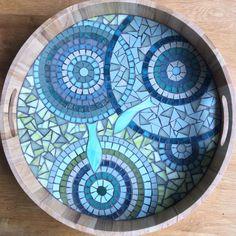 Grand plateau aux couleurs bleutées, tout en courbes, poissons en verre découpé à la main. La mosaïque est réalisée en émaux de Briare, grès cérame,