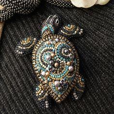 Beaded Brooch, Beaded Earrings, Beaded Jewelry, Bead Embroidery Jewelry, Beaded Embroidery, Brooches Handmade, Handmade Jewelry, V Instagram, Hand Embroidery Flowers