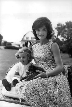 Jacqueline Kennedy Photographs: Jackie Kennedy Casual and Family Life Archive Jacqueline Kennedy Onassis, Jackie Kennedy Style, Les Kennedy, Jaqueline Kennedy, Caroline Kennedy, Robert Kennedy, Familia Kennedy, Adele, Estilo Glamour