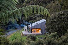 Dům je krásně zasazený na rohovém pozemku v novozélandském Puhoi.