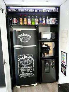 Envelopamento de geladeira com Preto Fosco e Jack Daniels em recorte.
